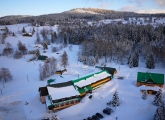 Letecká fotka hotelu Kořínek s tělocvičnou v JIzerskýc horách